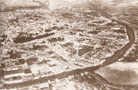 Leuven vanuit de lucht rond 1920. Rechts boven is het station te zien, in het midden beneden de Parkpoort. Het Militair Oefenterrein aan de Parkpoort is de grote open vlakte in de rechter benedenhoek.