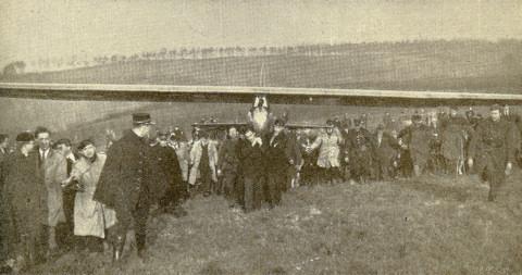 De Leuvense studenten brengen het toestel van Wolf Hirth terug naar de startplaats (23.01.1930, op de Kesselberg te Leuven)