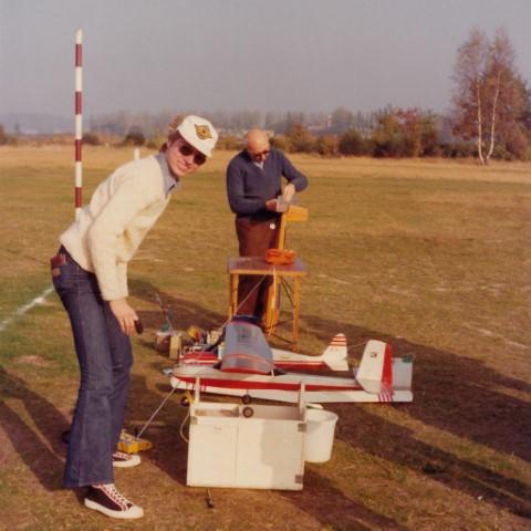 Hartmut Koelman (vooraan) als modelvlieger op het militair oefenterrein in Heverlee. Op de achtergrond de toren van het Sint-Albertuscollege. (1974)