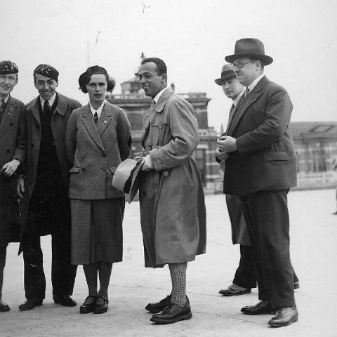 Inhuldiging van de Sabca Junior van VOLCEP door Suzanne Lippens (25.04.1931, vliegveld Evere). Met de hoed in de hand: Robert Kronfeld