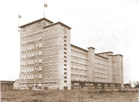 Het hoofdgebouw van de radiofabriek bij oplevering in 1934 (Philips Company Archives)