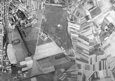 Militair oefenterrein in Heverlee (luchtfoto 1947). In de laagte tegen de Zavelstraat (huidige Milseweg) kwam er in 1936-1937 een overdekte schietstand, die de inwoners van Park den tir noemden. In dezelfde periode bouwde het leger aan het kruispunt van de Hertogstraat met de Kerspelstraat de eerste blokken van de zogenaamde Kleine Vestiging.