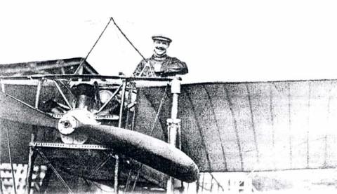 Jan Olieslagers in zijn Bleriot, die hij bij de algemene mobilisatie ter beschikking stelde van de Koning. (1914)